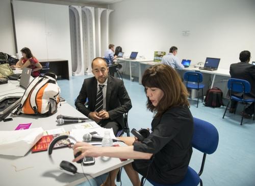 Periodistas trabajando en la Sala de Prensa