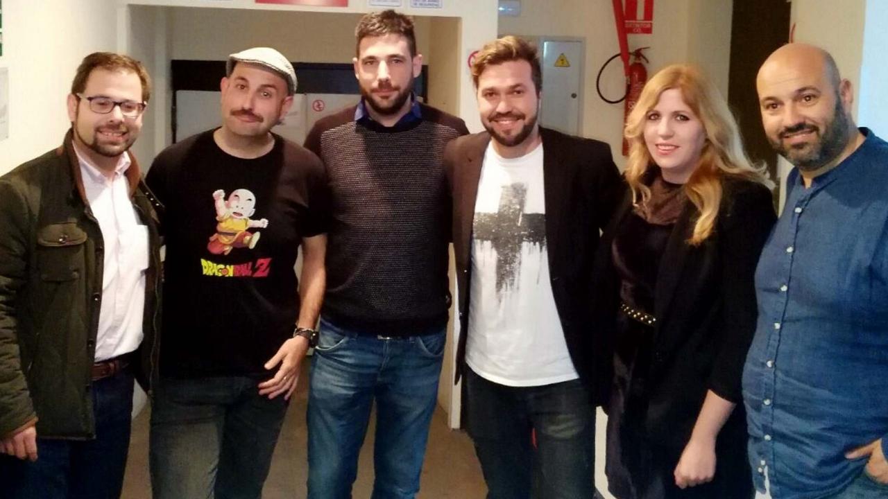 Los actores de Humor con Vino juntoa a su productor y los concejales de Alcázar