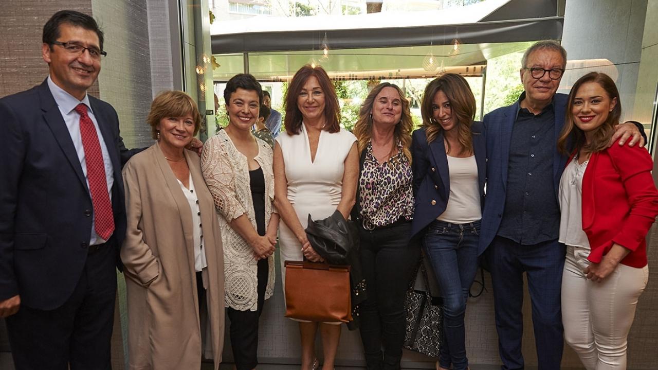 Foto de familia del presidente y el director de FENAVIN, junto a la alcaldesa de Ciudad Real y distintas personalidades presentes en el acto.