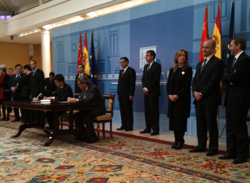 Caption of the moment of the signing of the agreement between the enterpriser Alfonso Cortina, chairman of Pago de Vallegarcía, and the Head of Utrans