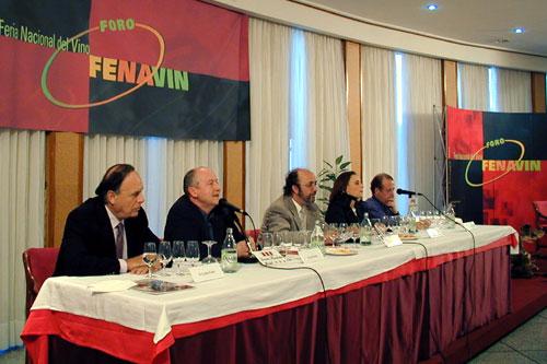 Carlos Falcó (primero por la izquierda) en el primer Foro FENAVIN 2002