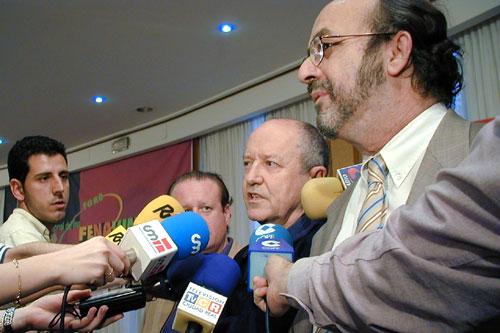 José Peñín habla ante los medios de comunicación