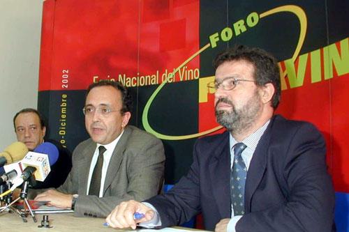 Manuel Juliá, José Manuel Díaz-Salazar y Nemesio de Lara en la presentación del Foro Fenavin de Daimiel