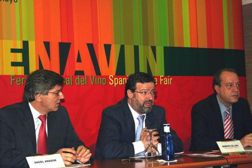 De izqda a derecha: Ángel Amador, coordinador institucional; Nemesio de Lara, presidente de FENAVIN y Manuel Juliá, director de FENAVIN
