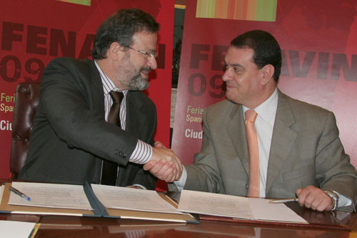 Firma del convenio entre el Presidente de la Feria, Nemesio de Lara y el Presidente de la Asociación Profesional de Agencias de Viajes de Ciudad Real, Antonio Pérez Moragas