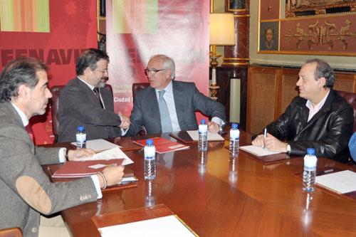 José Antonio Muñoz, Nemesio de Lara, Miguel Ángel Martínez Ortega und Manuel Juliá während der Unterzeichnung der Vereinbarung