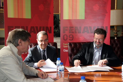 Ángel Amador, Luis Francisco Rodríguez y Nemesio de Lara durante la firma del convenio