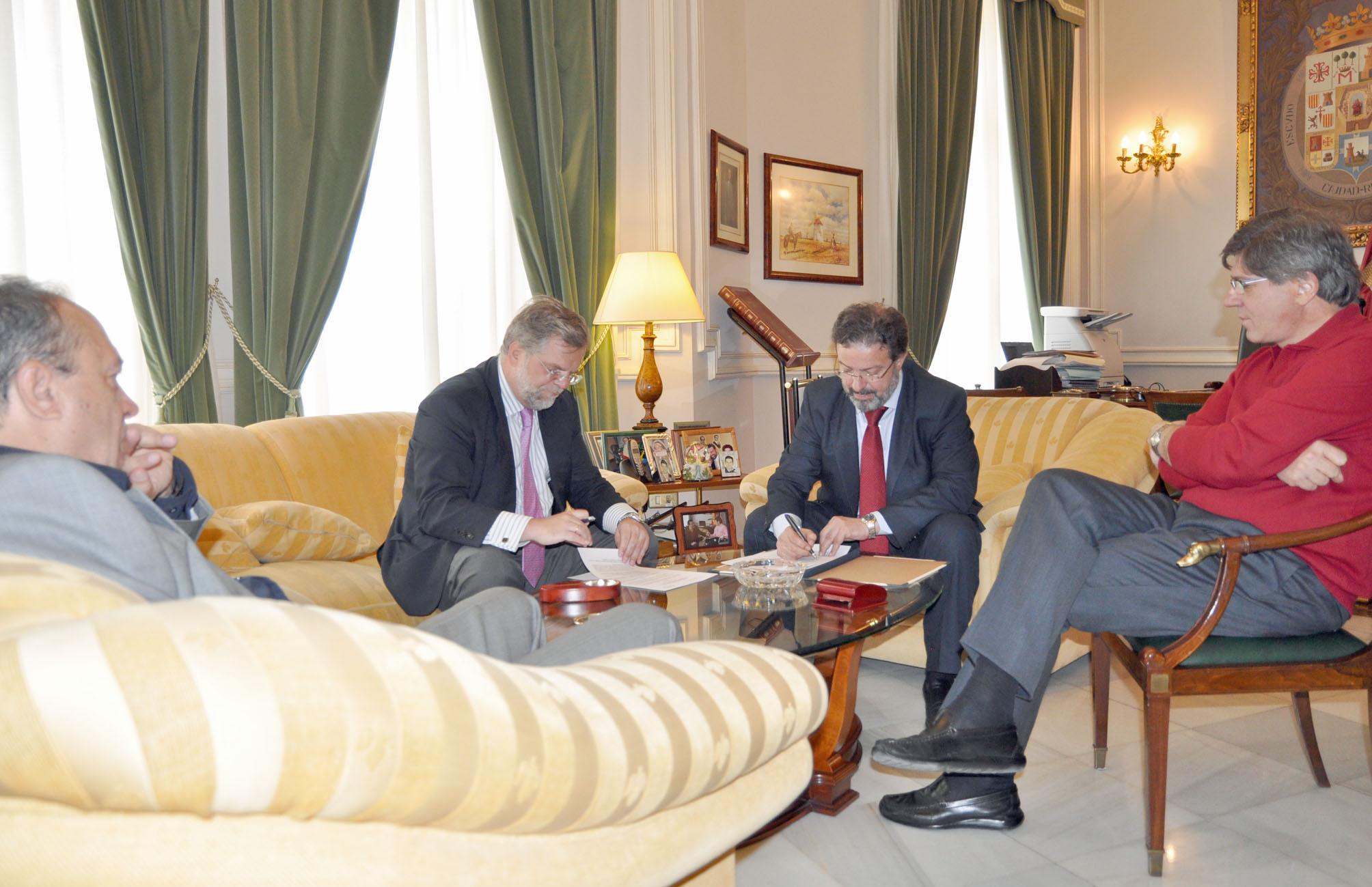Rafael del Rey con el presidente de FENAVIN, Nemesio de Lara, su coordinador institucional, Ángel Amador, y su director, Manuel Juliá, durante la firma del convenio.