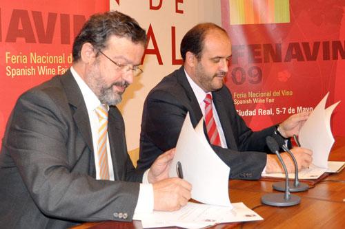 Nemesio de Lara und José Luis Martínez-Guijarro bei der Unterzeichnung des Vertrags