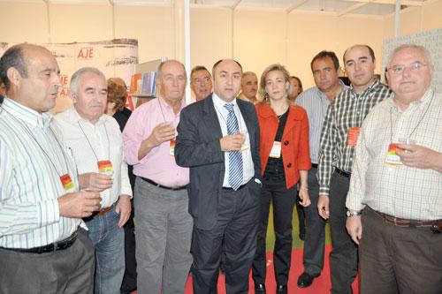 Florencio Rodríguez und Lola Merino, Vorsitzende des AMFAR, mit Teilnehmern der Verkostung